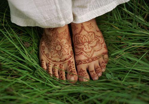 Pies decorados con henna