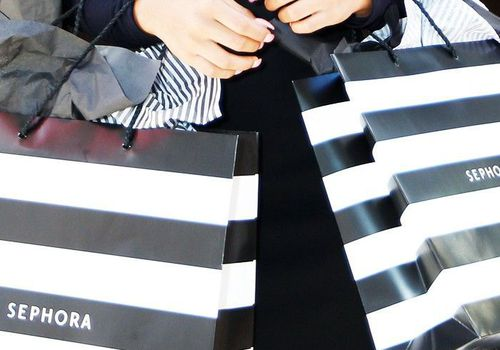 woman holding sephora bags