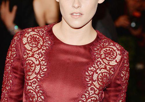 Kristen Stewart red eyeshadow and red dress