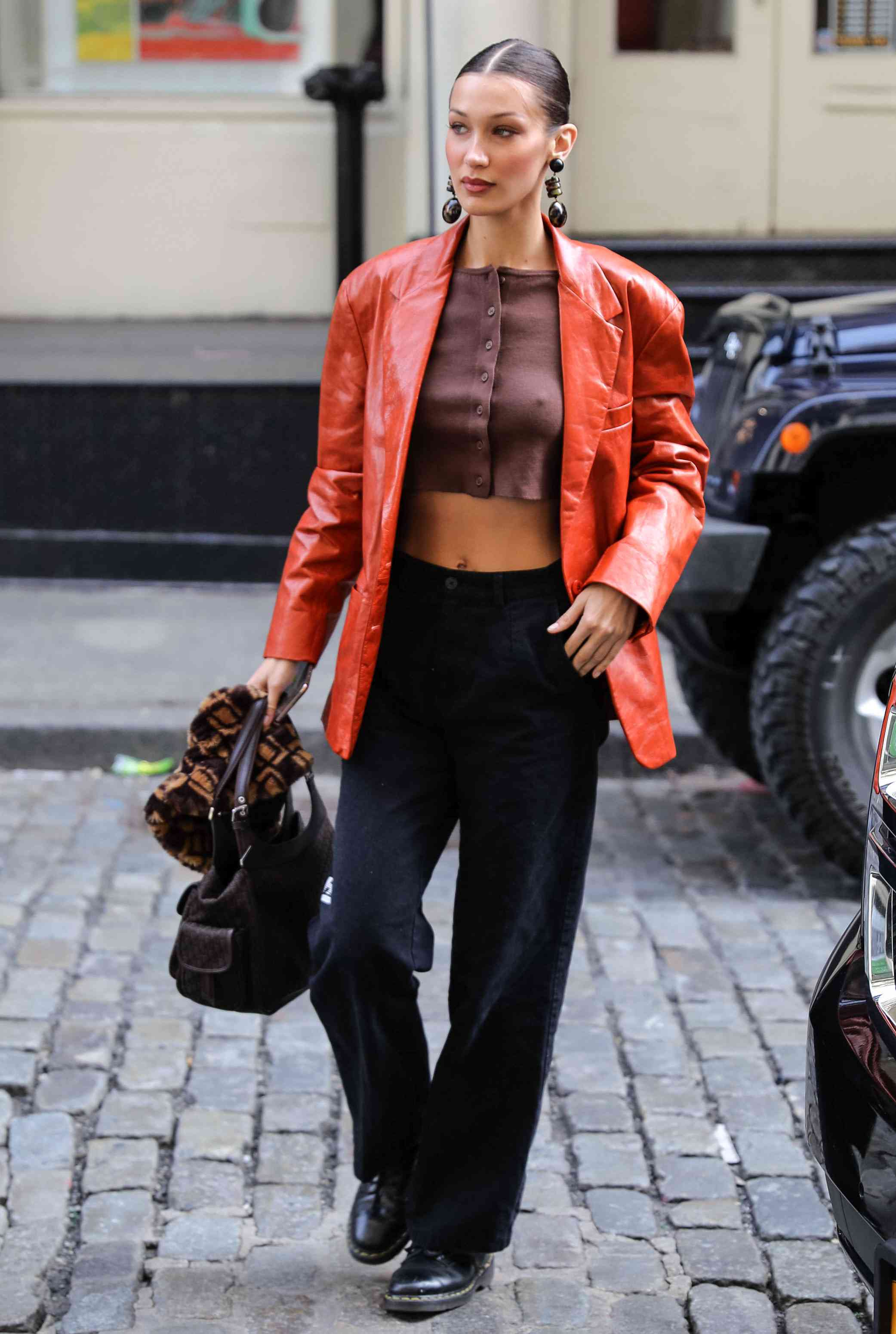 Dr. Martens Outfits Blazer Bella Hadid Street Style