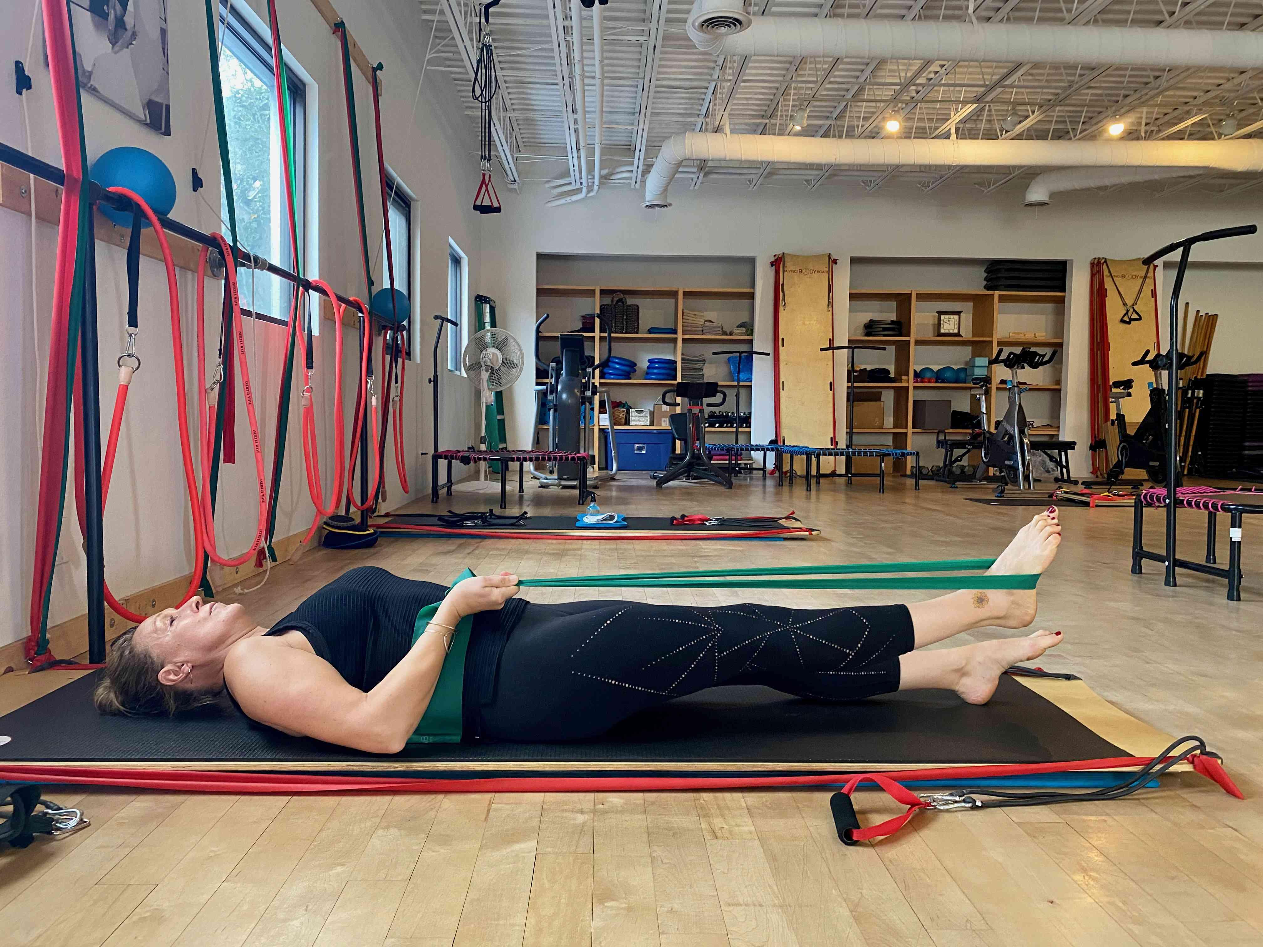 Lying single leg stretch 2