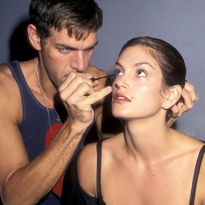 Kevyn Aucoin applying mascara to Cindy Crawford's lower lashes