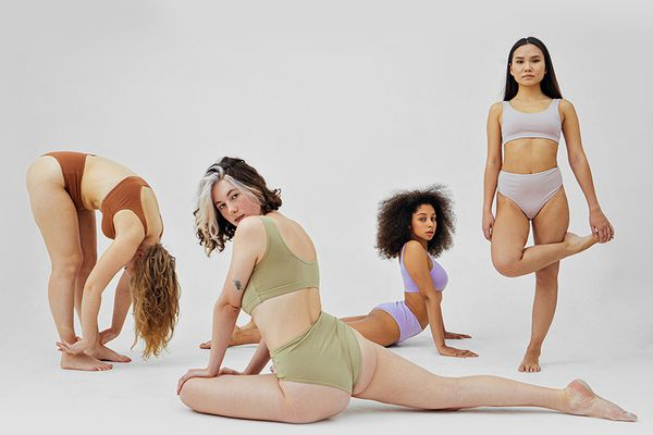multiple femmes stretching in different positions
