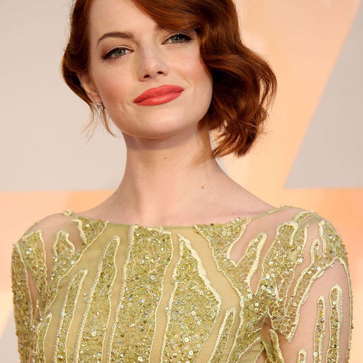 Emma Stone side-parted wavy hairdo