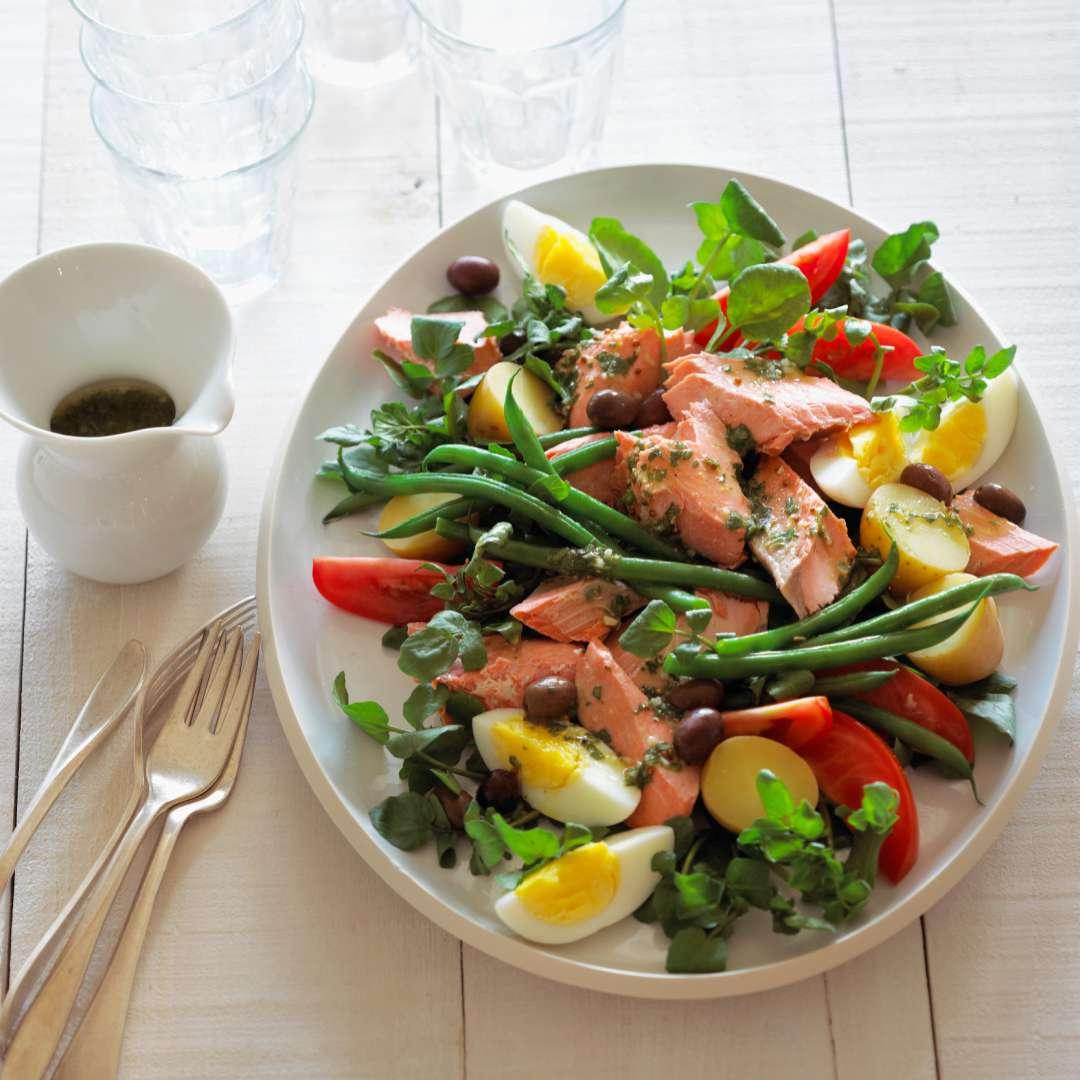 Salad with salmon and egg