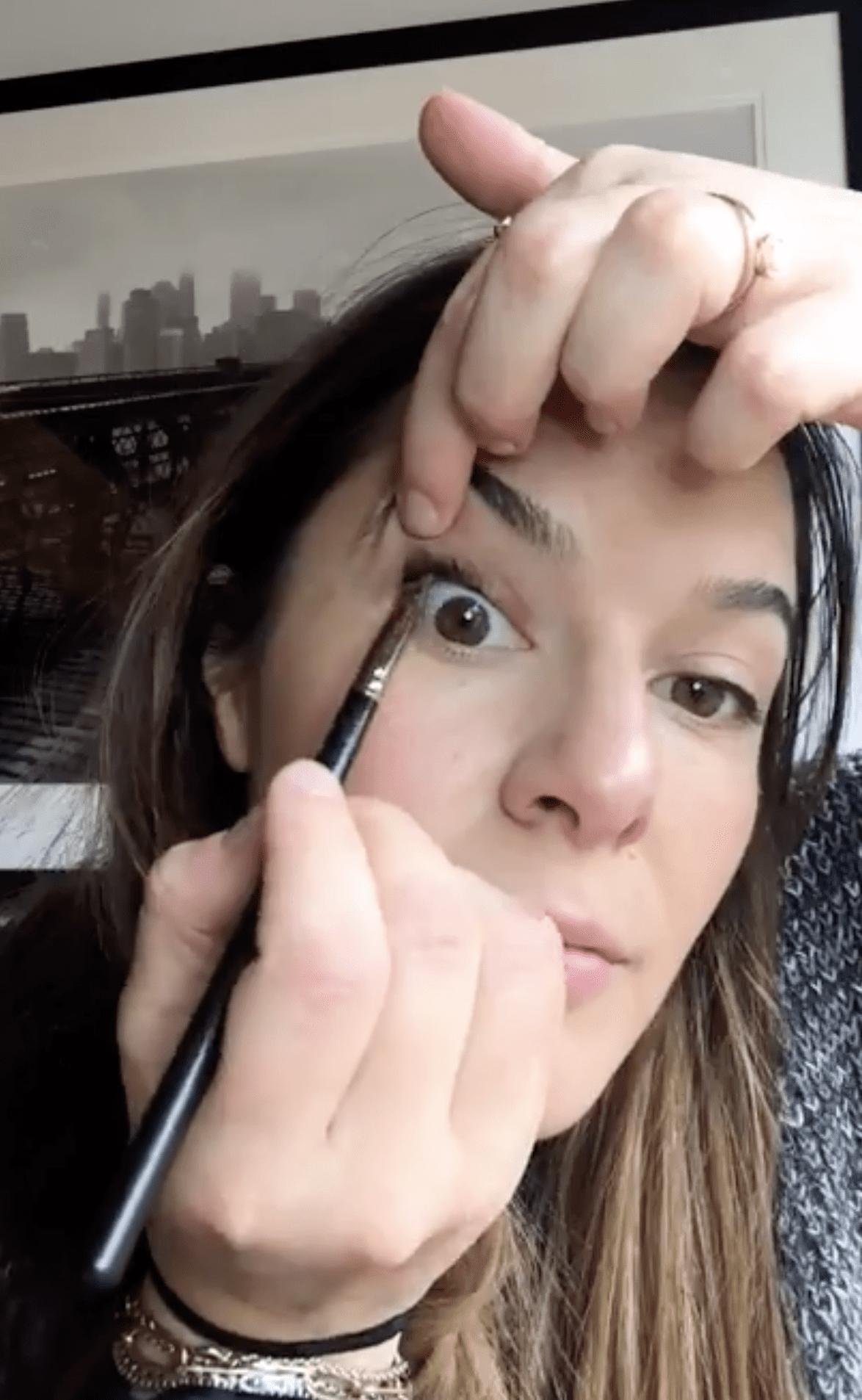 makeup artist Jenna Menard tightlining her eyes