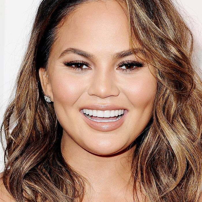 short haircuts for round faces: Chrissy Teigen