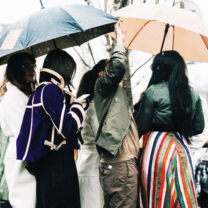 Waterproof eyeliners: women standing in the rain at fashion week