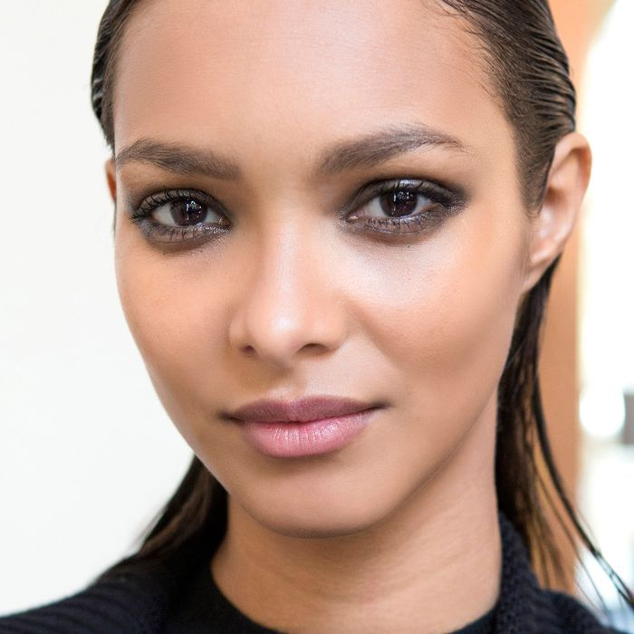 Glossy eye how-to: Woman with glossy eyes