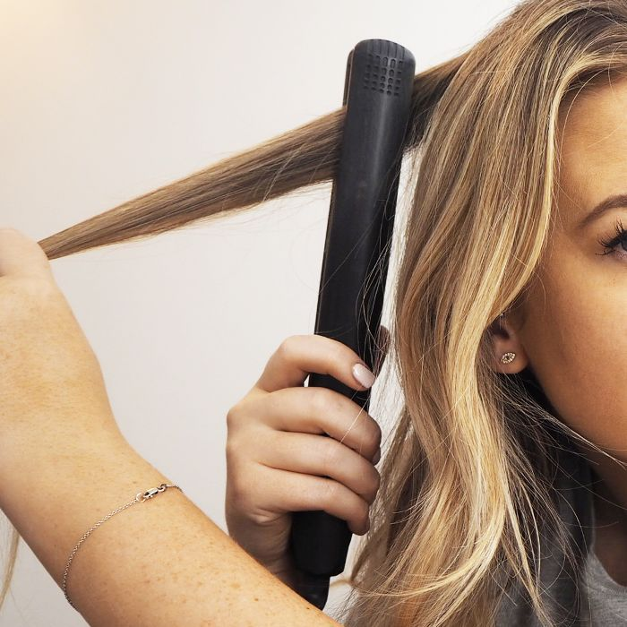 5 Easy Steps to Curling Your Hair With a Straightener