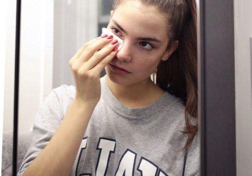 girl taking off makeup