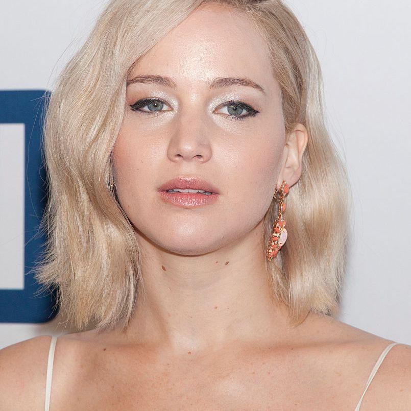 Jennifer Lawrence side-parted wavy blonde lob