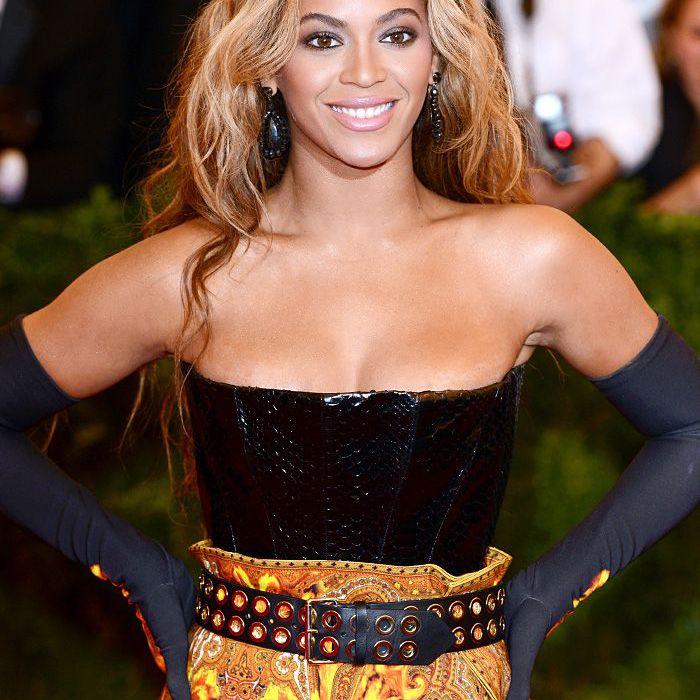 Beyonce 2013 Met Gala smoky eye long blonde waves