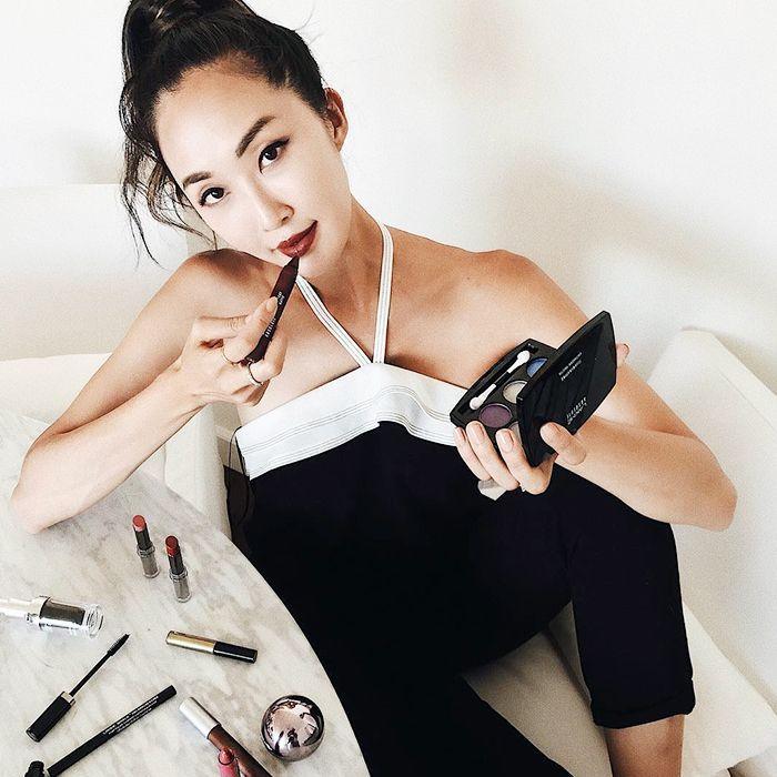 influencer putting on makeup