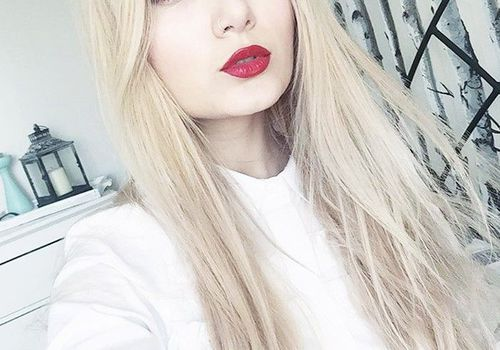 woman with blonde hair with red lipstick