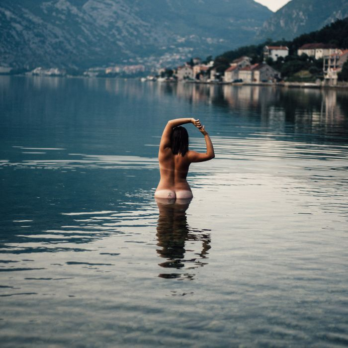 Every body: Woman naked in a lake