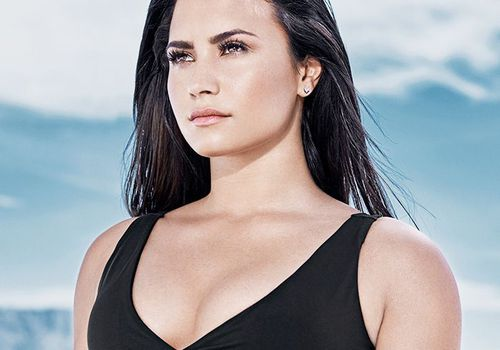 Demi Lovato wearing a Fabletics activewear