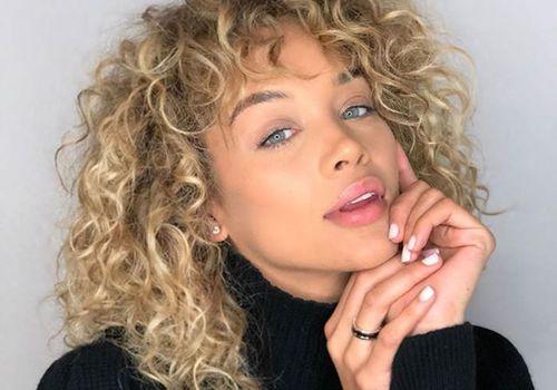 jasmine sanders with curly blonde hair