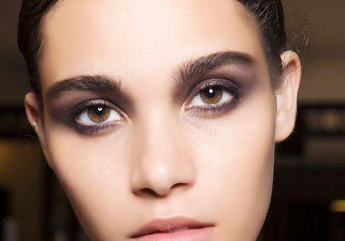Smokey eye makeup ideas: woman with smokey eye