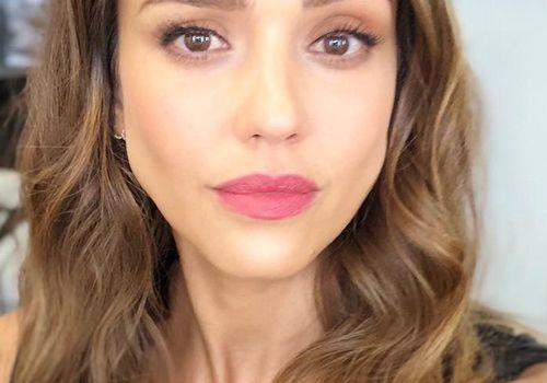 Jessica Alba taking a selfie