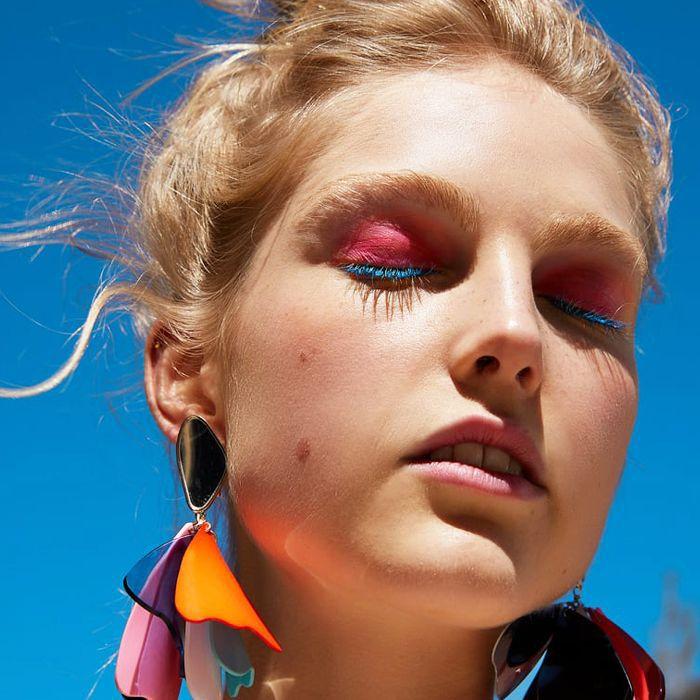 Zara models makeup: model wearing pink eye shadow and blue mascara