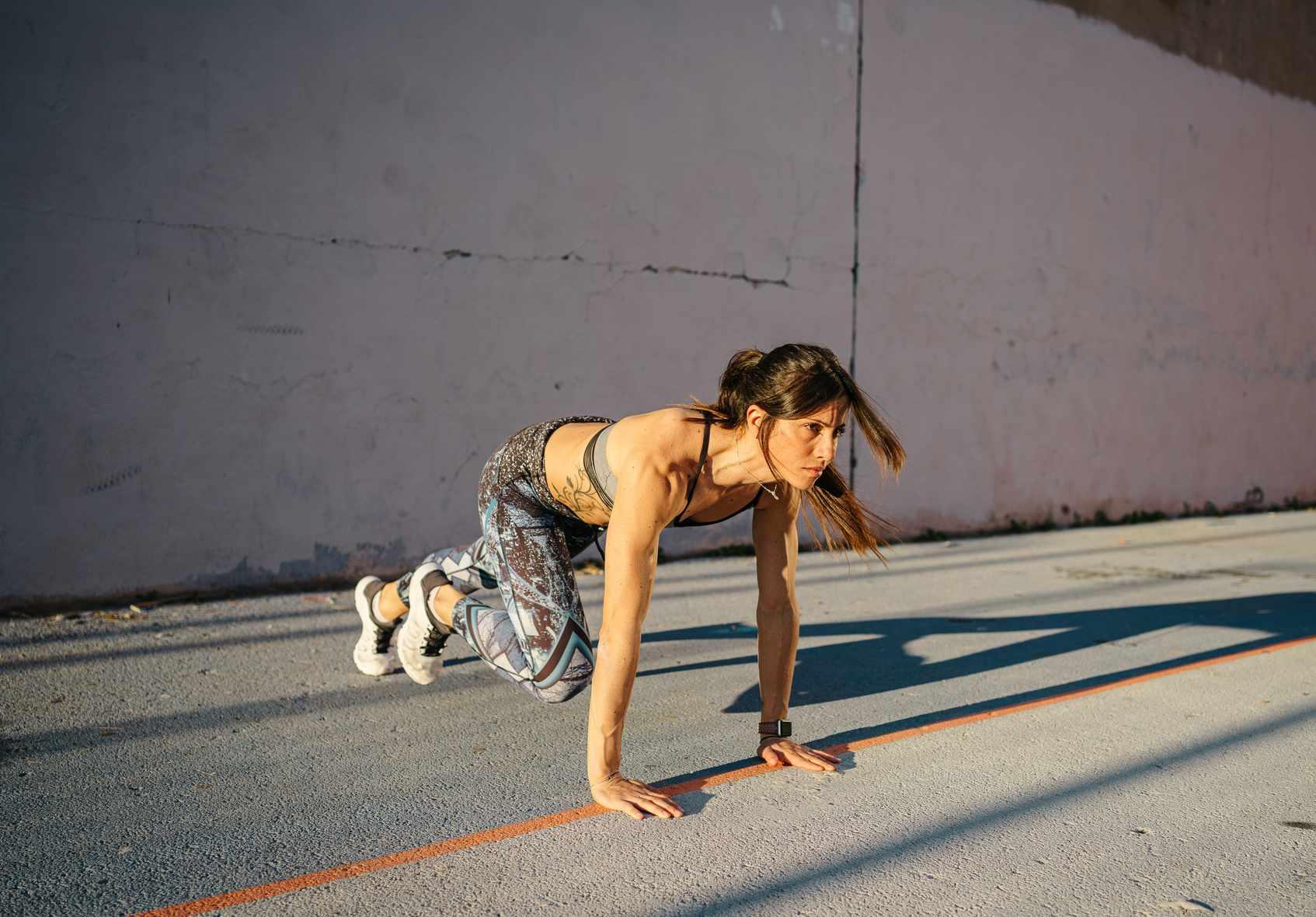 woman doing mountain climbers exercise