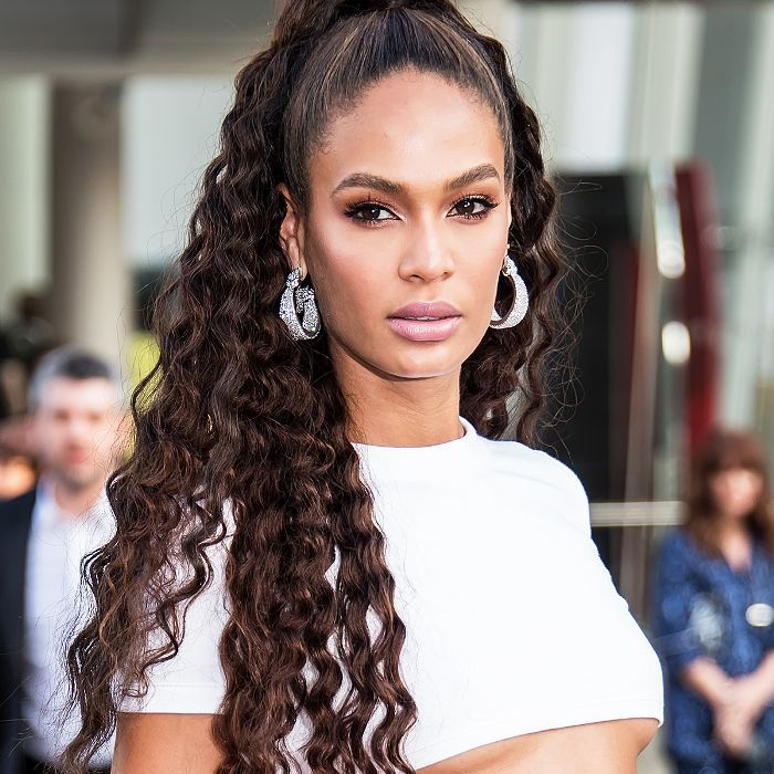 Joan Smalls high pontail with long, cascading crimped hair
