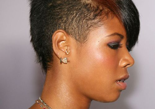Kelis side view tragus piercing