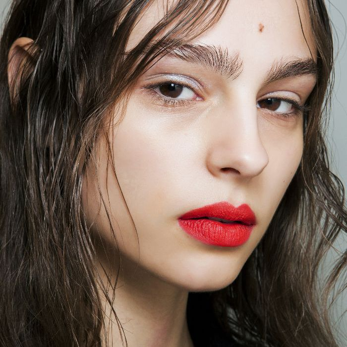 Woman wearing the wet hair look with bold red lips