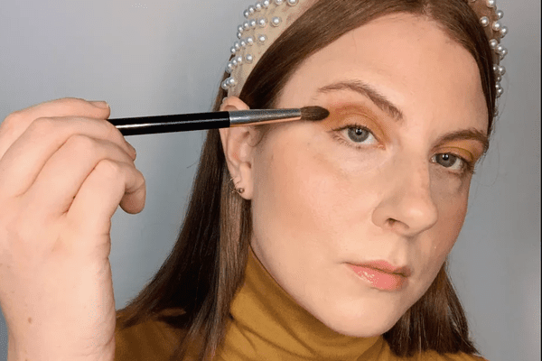 ashley rebecca applying simple eyeshadow
